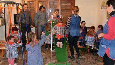 Empleados del Corralón entregaron juegos infantiles a la Guardería Municipal