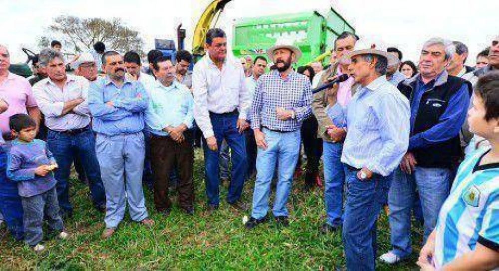 Insfrán apreció incorporación tecnológica en la creciente producción forrajera provincial