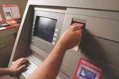 Establecen obligatoriedad de informar costos de operaciones en cajeros