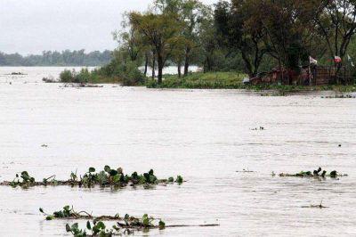 Primera familia evacuada por la crecida del Río Paraná