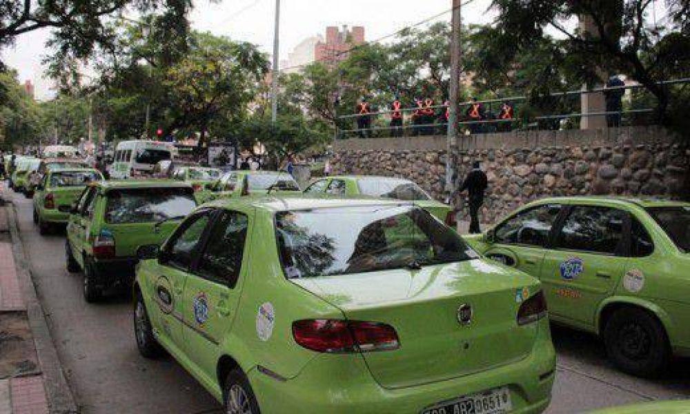 Remiseros paralizan hoy el centro; piden levantar pasajeros en las calles