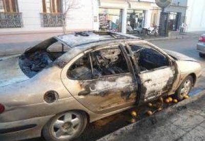 Quemacoches: Dos autos incendiados y un detenido