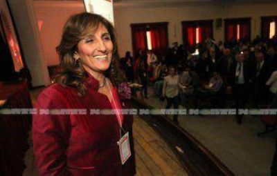 Delfina Veiravé asume como rectora de la UNNE