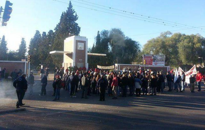 Los empleados del Jockey Club protestaron por 15 despidos