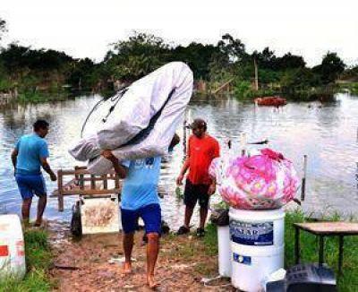 El agua no cede y aumentan los evacuados