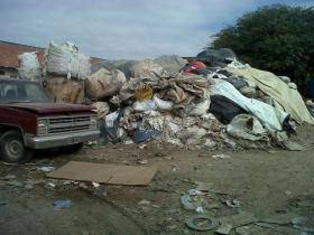 La Municipalidad clausuró un depósito de cartones y plástico en villa María Esther