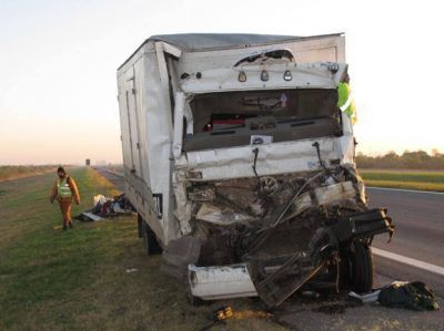 Chocaron dos camiones en la autopista a Santa Fe y murió uno de los choferes