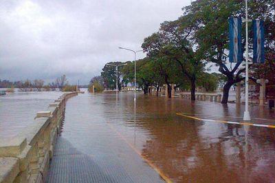 En Concordia el agua cubrió parte de la Costanera
