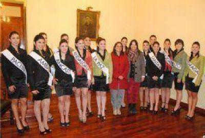 La gobernadora recibió a las candidatas a reina del Poncho