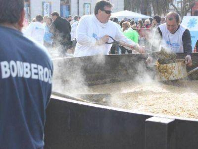 El municipio realizó un locro patrio solidario en plaza Islas Malvinas