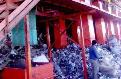 Supervisan trabajo en la Planta Clasificadora de Residuos Sólidos