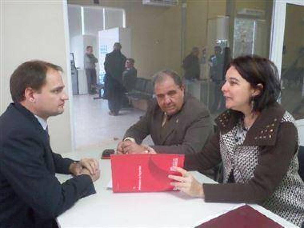 Enrico en una reunión con funcionarios de seguridad