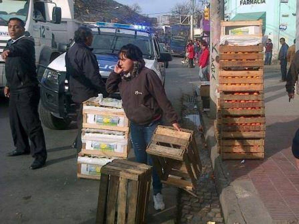 Decomisaron mercadería de carros fruteros y éstos cortaron la calle