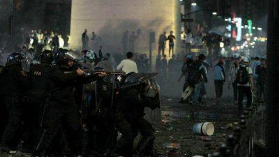 Orgullosos, los hinchas festejaron pero inadaptados provocaron serios incidentes en el Centro