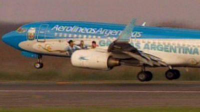 La Selección aterrizó en Ezeiza y en minutos será recibida por la Presidente en la AFA