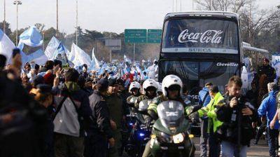 Una multitud acompañó al micro de la Selección hasta el predio de AFA