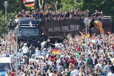 La alegría es alemana: una multitud recibió a la Copa del Mundo en Berlín