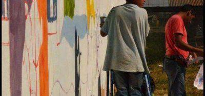 """""""Los Pibes del Hogar"""" pintan su primer mural en la costanera"""
