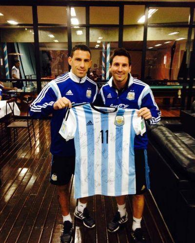 Messi y 'Maxi' Rodríguez mostraron el presente que le enviaron al Papa Francisco