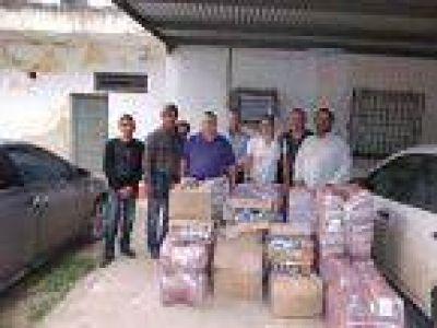 Entregan donaciones para inundados