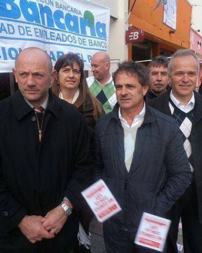 Fuerte movilización de bancarios en las puertas del Galicia