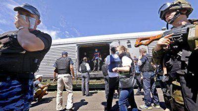 Los cuerpos del avión malasio pasan a manos de expertos internacionales