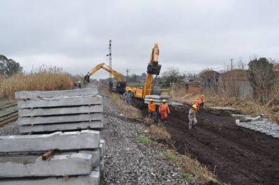La recuperación del sistema ferroviario ya llegó a la ciudad: reemplazan viejos durmientes y rieles