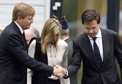 Máxima y su esposo, con los familiares de las víctimas del vuelo MH17