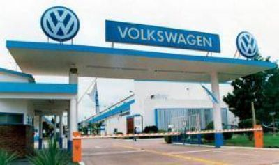 Crisis automotriz: Tras paralización en fábrica de Pacheco, Volkswagen suspende a otros 1.100 operarios en Córdoba