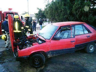 Incendio de un automóvil en barrio Las Violetas