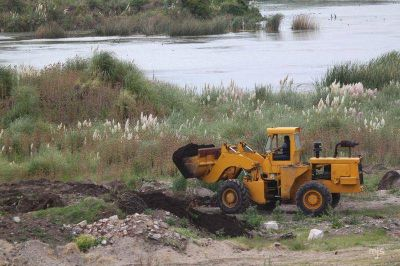 Atado con alambre: Aldosivi continúa rellenando la laguna de la Reserva del Puerto