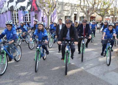 Alumnos de Villa Mercedes recibieron compus y bicis