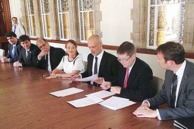 Buzzi firmó en Londres un acuerdo de intercambio científico