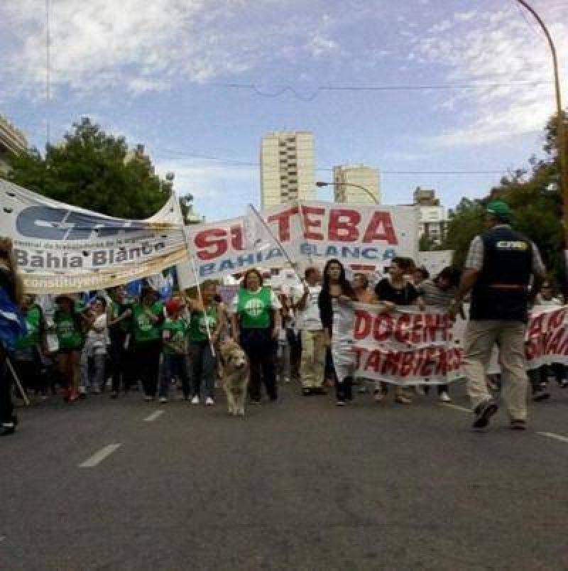 Protesta de docentes y estatales bahienses contra Scioli