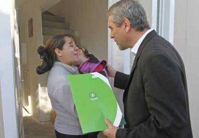 Ferraresi entregó viviendas en Villa Azul