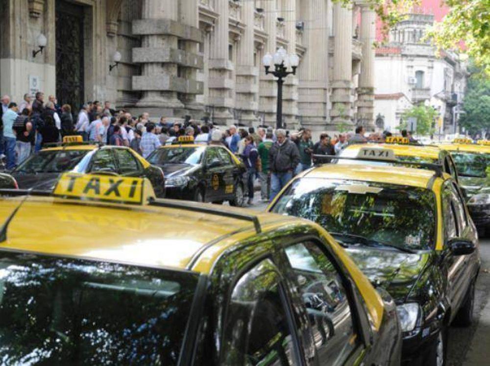 Con el aval del Ejecutivo, los taxistas van por una suba del 32 por ciento