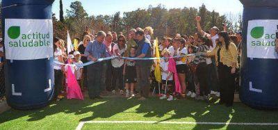 El gobernador Poggi inauguró la primera de las nueve canchas de hockey