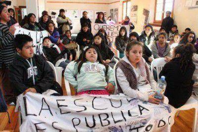 Alumnos reclaman transporte para poder asistir a la escuela