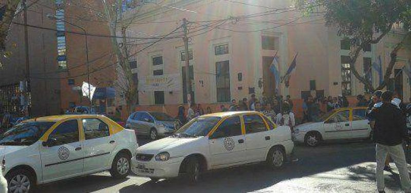 Due�os de taxis protestaron en rechazo al proyecto para blanquear a choferes