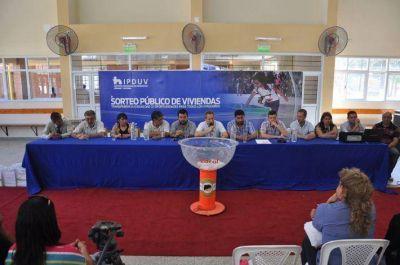 El IPDUV sorteó 20 viviendas, entregó títulos de propiedad y anunció obras en Fuerte Esperanza