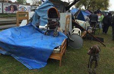 Villa Lugano: después del desalojo, 60 personas acampan en la calle