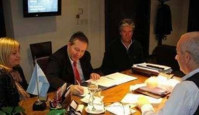 Echeverría firmó convenio con el INTI