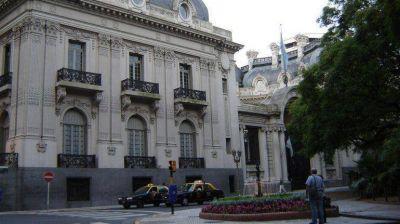 Los embajadores argentinos cobran en dólares casi el doble que Cristina Kirchner