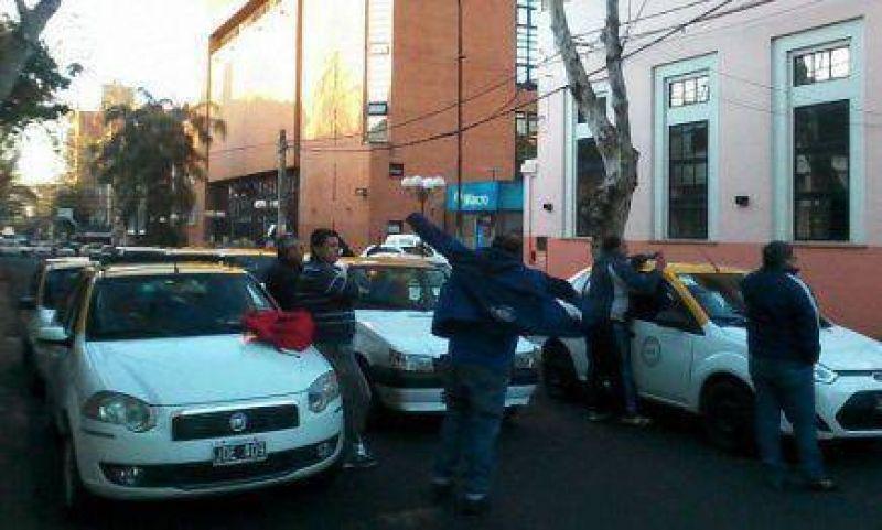 Taxistas bloquean los alrededores del Concejo Deliberante