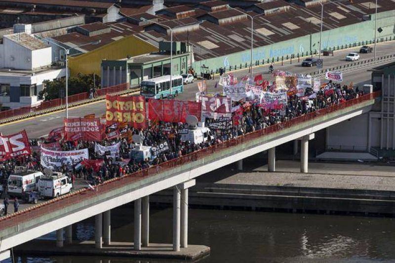 El paro del sindicalismo opositor se hizo sentir en casi todo el país, pero no fue total
