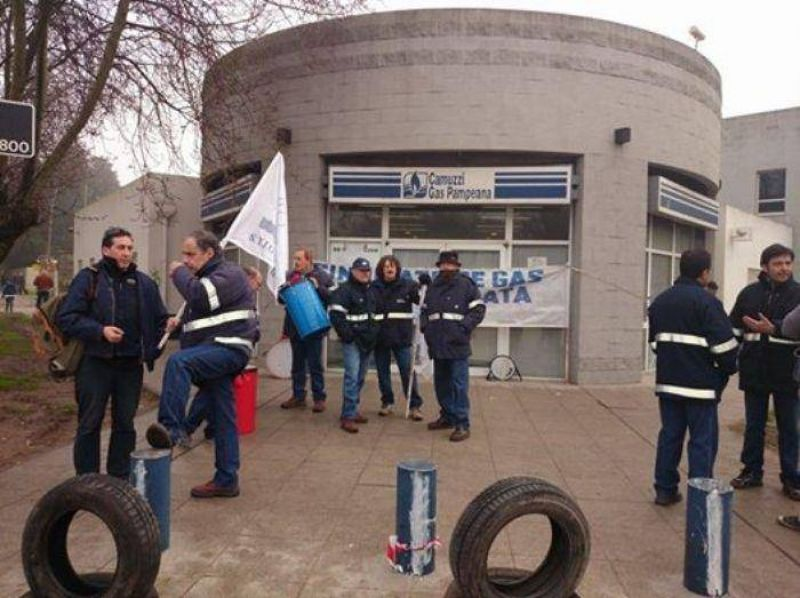 Trabajadores bloquean oficinas de Camuzzi Gas Pampeana pidiendo medidas contra la inseguridad