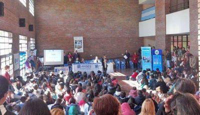 Alumnos y docentes de la ESB Nº 3 recibieron su netbook