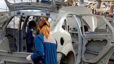 Las automotrices contin�an con las suspensiones de personal