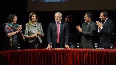 Garz�n recibi� Honoris Causa y destac� a Urribarri