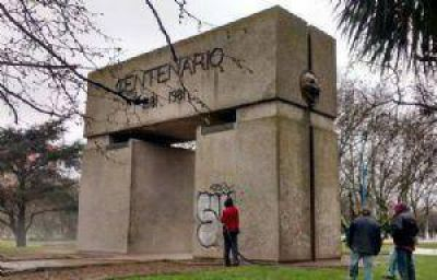 Comenz� la restauraci�n del monumento al Centenario